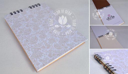 Lembrança bloco de anotações personalizado com encadernação manual papel dourado e acabamento em wire-o.