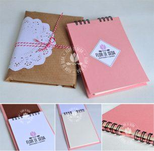 Lembrança bloco de anotações personalizado com encadernação manual e acabamento em wire-o.
