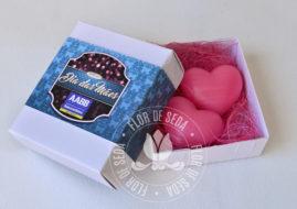Lembrança dia das Mães - 2 Sabonetes de coração na caixa branca com cinta personalizada com logotipo do cliente