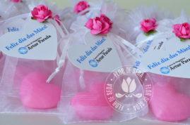 Lembrança dia das Mães - Sabonete de coração no saquinho de organza com tag de coração personalizada com logotipo do cliente