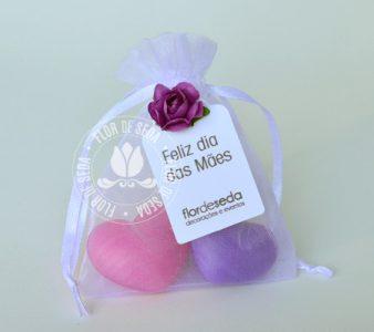 Lembrança dia das Mães - 2 Sabonetes de coração no saquinho de organza com tag personalizada com logotipo do cliente