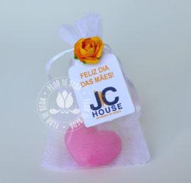 Lembrança dia das Mães - Sabonete de coração no saquinho de organza com tag personalizada com logotipo do cliente
