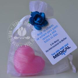 Lembrança dia Internacional da Mulher-Sabonete de coração no saquinho de organza com tag personalizado com logotipo do cliente