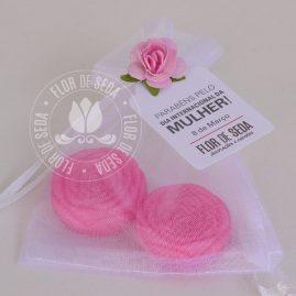 Lembrança dia Internacional da Mulher-Saco de organza com 2 mini sabonetes de flor e tag personalizada