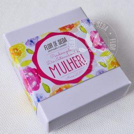Lembrança dia Internacional da Mulher-Caixa com 2 mini sabonetes de flor e cinta personalizada