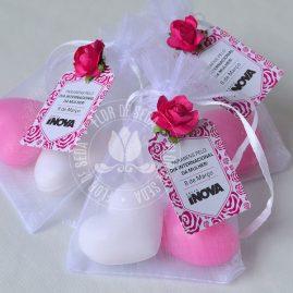 Lembrança dia Internacional da Mulher-Saco de organza com 2 mini sabonetes de coração e tag personalizada