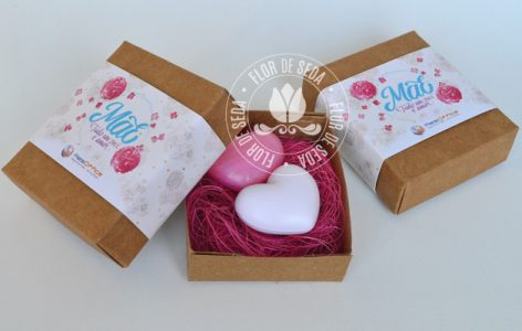Lembrança dia das Mães - 2 Sabonetes de coração na caixa kraft com cinta personalizada com logotipo do cliente