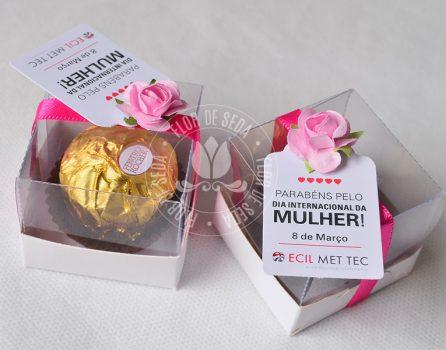 Lembrança dia Internacional da Mulher-Caixa com bombom Ferrero Rocher e tag personalizado com logotipo do cliente
