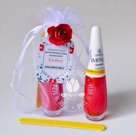 Lembrança dia Internacional da Mulher-Kit com esmalte e minilixa no saquinho de organza e tag personalizada com logotipo do cliente