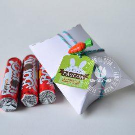 Lembranças para Páscoa-Mini embalagem Branca envelope com chocolate Baton com tag personalizada