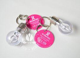 Outubro Rosa - Chaveiro Prevenção é sempre a melhor ideia com tag personalizado